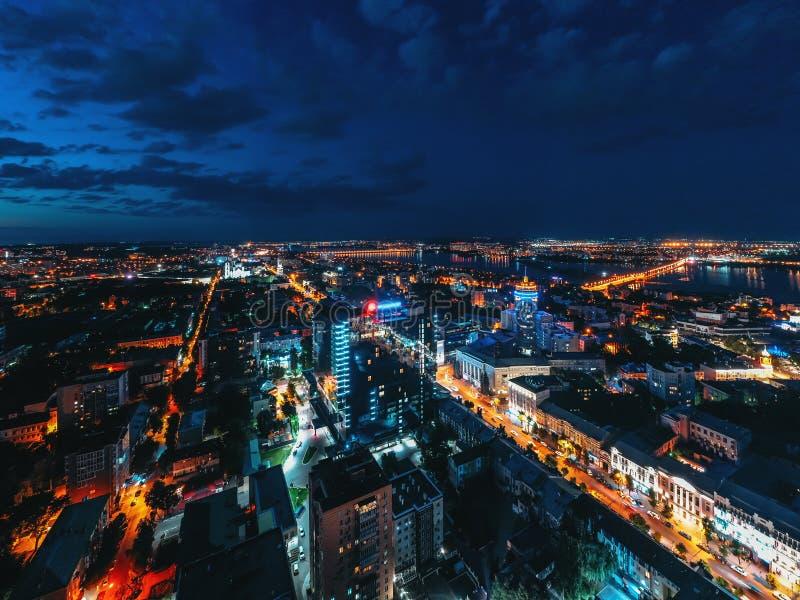 Nacht-Voronezh-Stadtstadtmitte oder Mitteluftpanorama von oben genanntem, Stadt nach Sonnenuntergang mit belichteten Straßen und  lizenzfreies stockbild