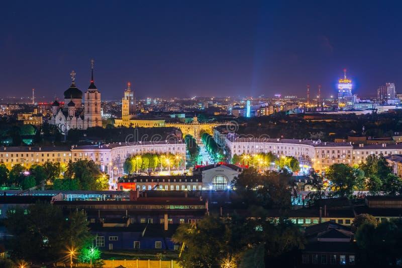 Nacht Voronezh van de binnenstad Mening aan Voronezh-station, Zuidoostelijke spoorweg hoofdgebouw en Aankondigingskathedraal royalty-vrije stock afbeelding