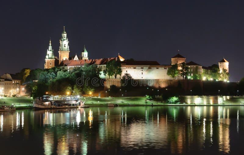 Nacht Wawel - königliches Schloss über der Weichsel in Krakau lizenzfreies stockbild