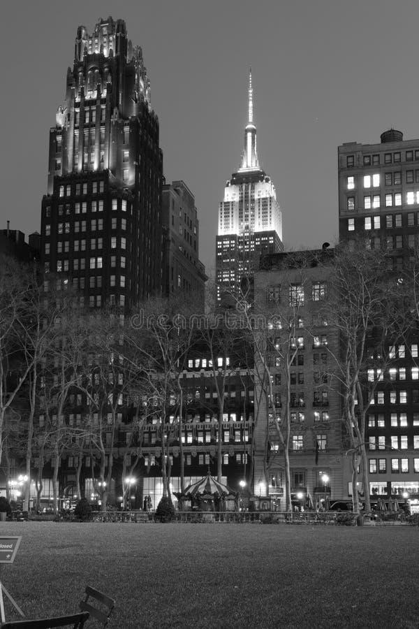 Nacht in zwart-wit door de Imperiumstaat stock afbeelding
