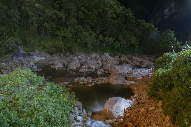 Nachtaguas Calientes-Stadt und sein Fluss, nahe Machu Picchu lizenzfreie stockfotografie