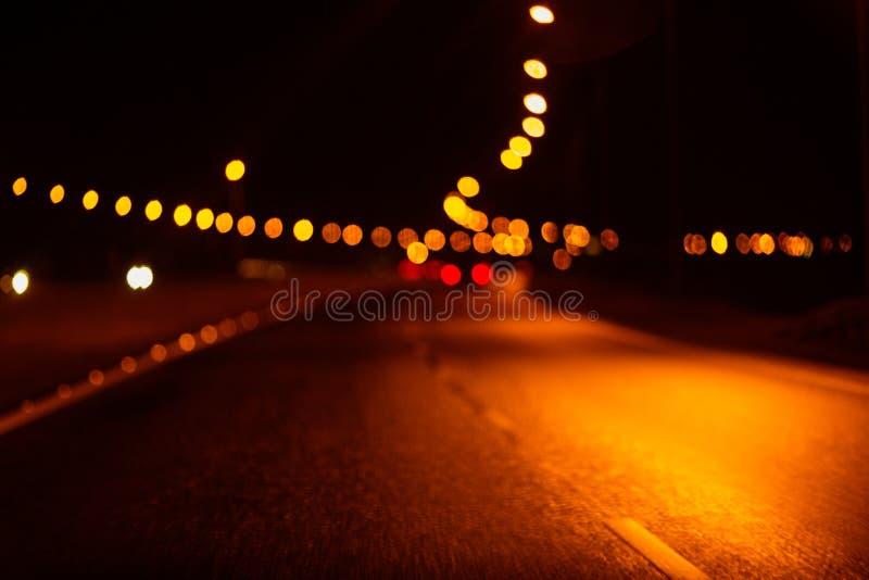 Nachtampeln verwischten defocused Hintergrund Landstraße lizenzfreie stockbilder