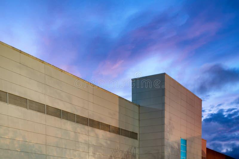 Nachtansichtäußeres der Einkaufszentrummitte über blauen Wolken in Großbritannien lizenzfreie stockfotografie