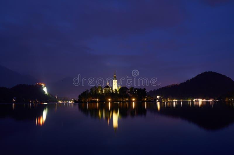 Nachtansicht über den See blutete, Slowenien lizenzfreie stockbilder