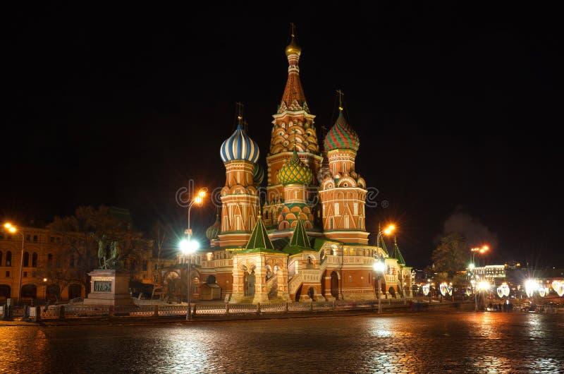 Nachtansicht über die St.-Basilikum ` s Kathedrale auf dem roten Quadrat in Moskau, Russland stockfotografie