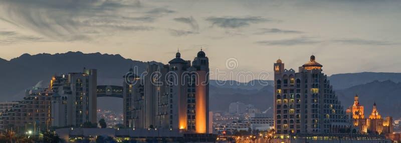 Nachtansicht über Rücksortierunghotels von Eilat stockbilder