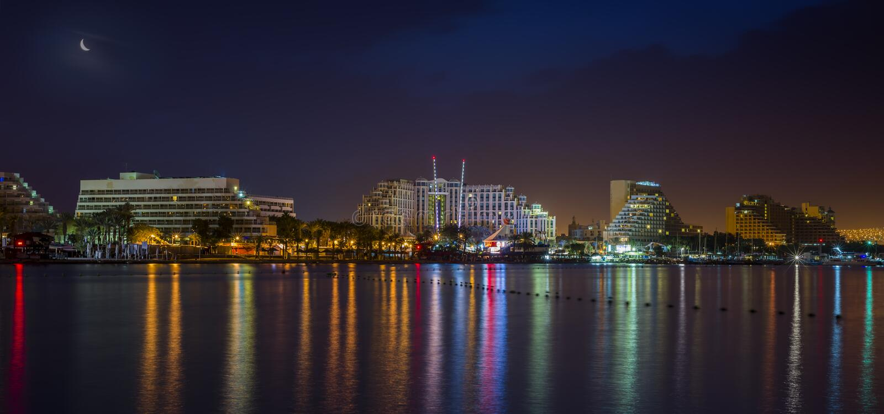 Nachtansicht über Urlaubshotels in Elat, Israel stockfoto