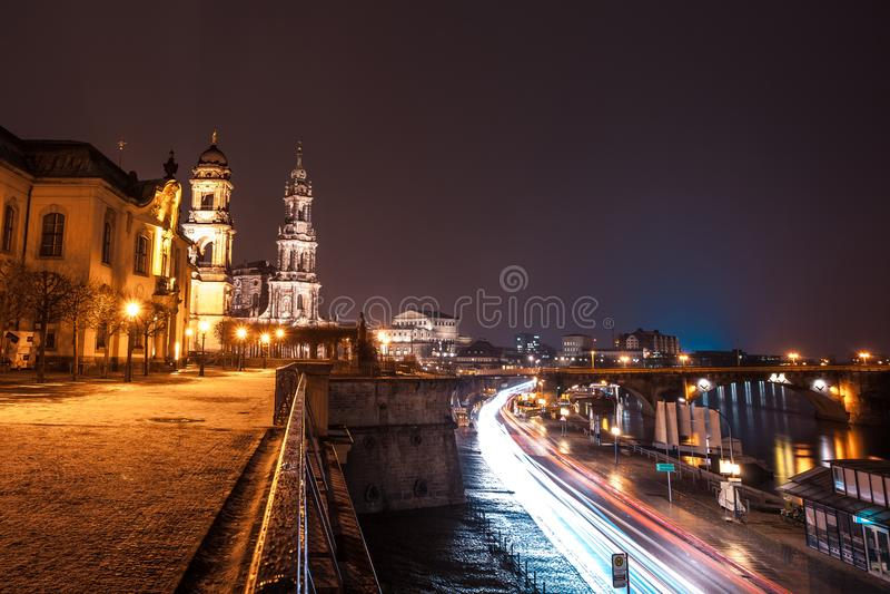 Nachtansicht der alten Stadtarchitektur mit die Elbe-embankme stockbilder