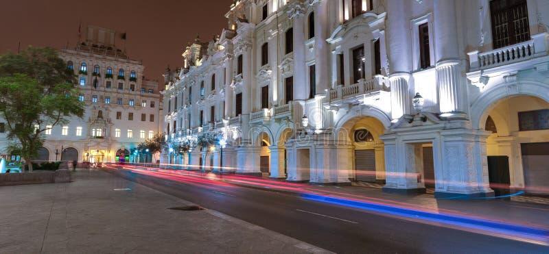 Nachtansicht der alten Stadtarchitektur an Quadrat Sans Martin, in Lima, Peru lizenzfreie stockfotos