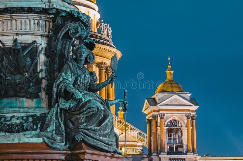 Nachtansicht der alten Statuen des Stucks und der Haube von ` s St. Isaac Kathedrale St Petersburg lizenzfreie stockfotografie