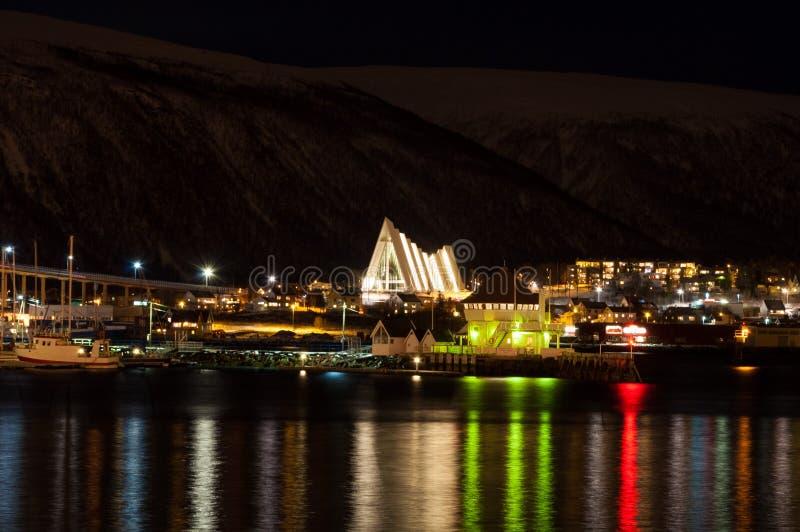 Nachtansicht in der arktischen Kathedrale in Tromso, Norwegen lizenzfreie stockbilder