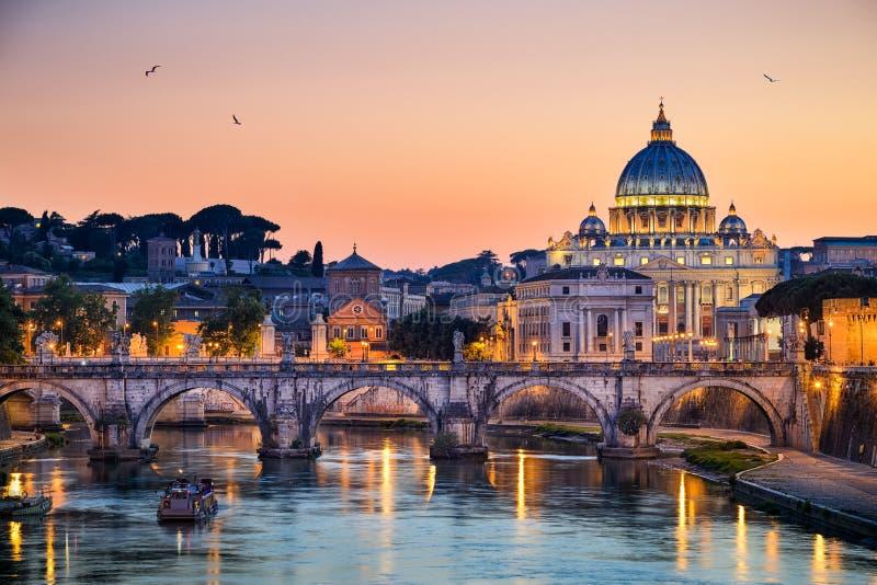 Nachtansicht der Basilika St Peter in Rom, Italien stockbild