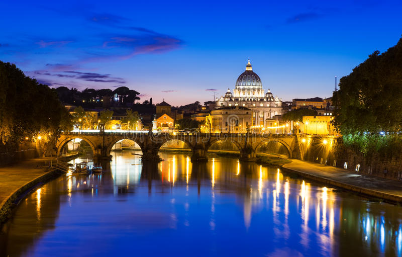 Nachtansicht der Basilika St Peter und des Flusses Tiber in Rom stockbild