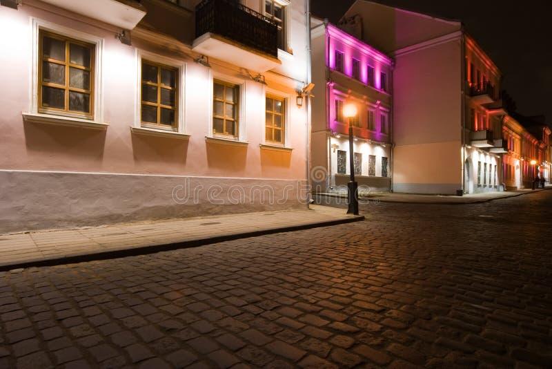 Nachtansicht der belichteten alten Straße stockbild
