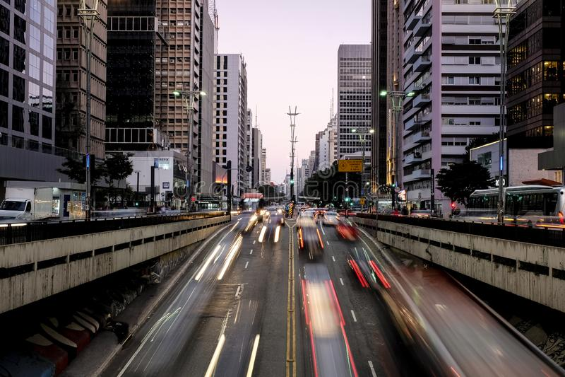 Nachtansicht der berühmten Paulista-Allee, Finanzzentrum der Stadt und einer der Hauptorte von Sao Paulo, Brasilien lizenzfreies stockbild