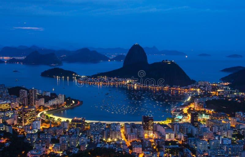 Nachtansicht der BergZuckerhut und des Botafogo in Rio de Janeiro stockfoto