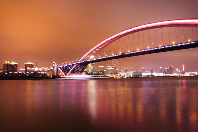 Nachtansicht der Brücke stockbild