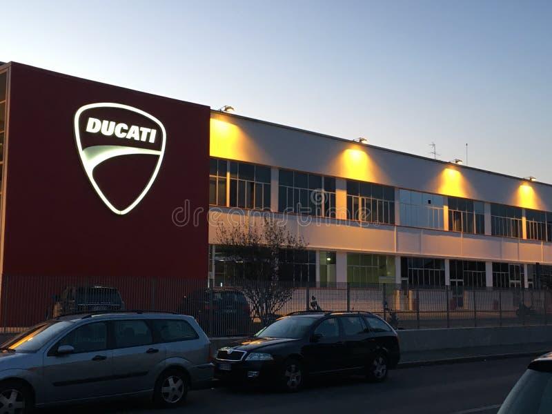 Nachtansicht der Ducati-Fabrik lizenzfreies stockbild