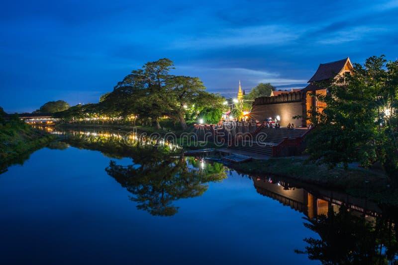Nachtansicht der Fluss an der Stadt von Lamphun, Thailand lizenzfreie stockbilder