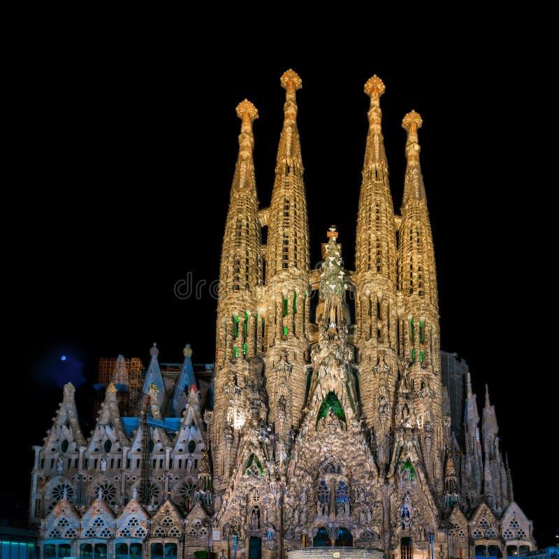 Nachtansicht der Geburt Christis-Fassade von Kathedrale Sagrada Familia im Ba lizenzfreie stockfotografie