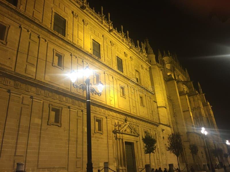 Nachtansicht der großen Kathedrale in Sevilla lizenzfreies stockbild