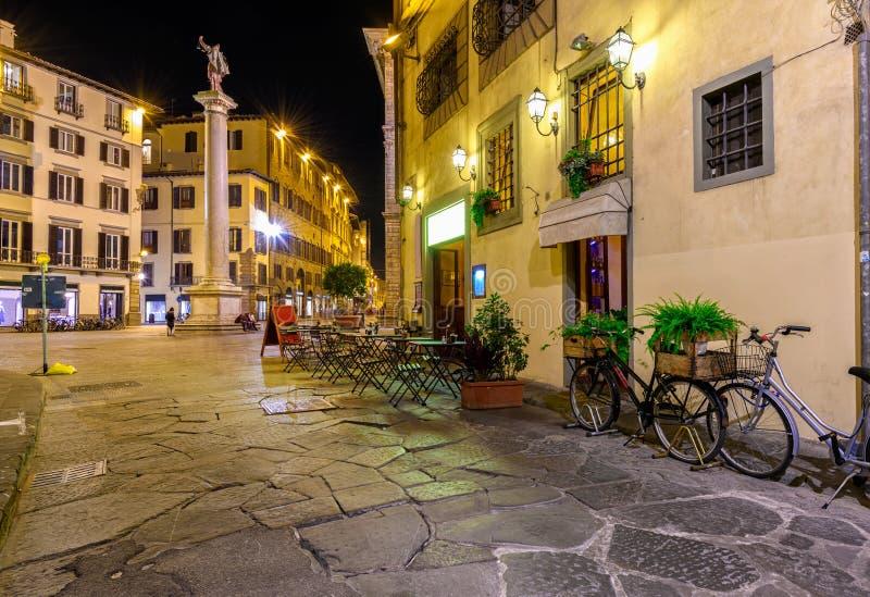 Nachtansicht der schmalen Straße in Florenz, Toskana stockbilder