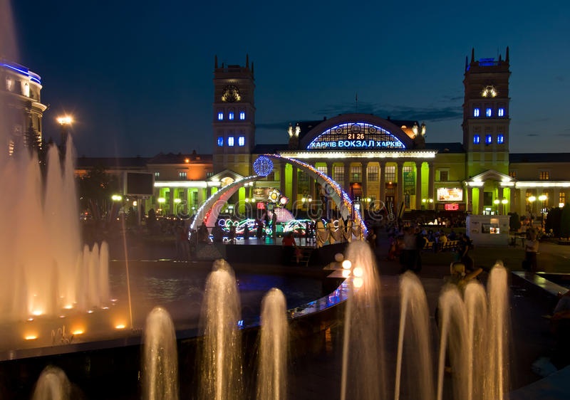 Nachtansicht der Terminalsüdstation. Kharkov lizenzfreie stockfotos