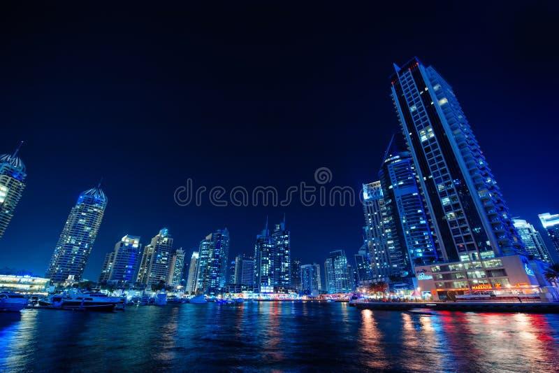 Nachtansicht der Wolkenkratzer in Dubai stockbild