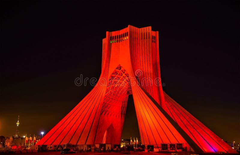 Nachtansicht des Azadi-Turms in Teheran stockfotos