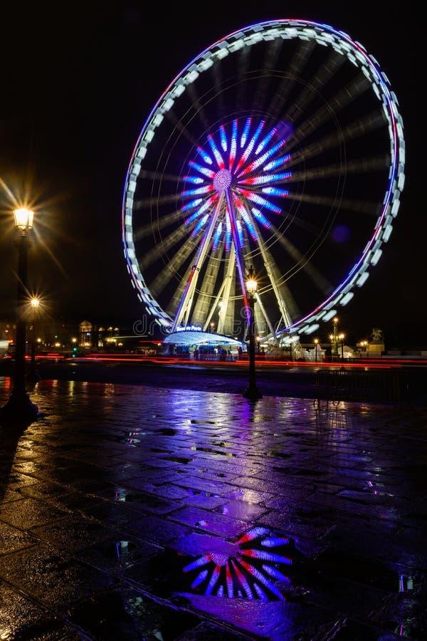 Nachtansicht des belichteten großen Rades herein Paris stockfotografie