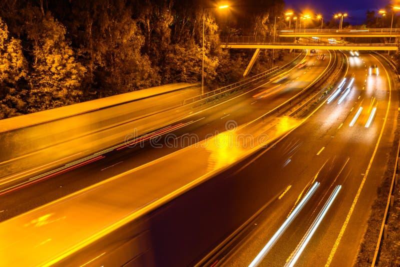 Nachtansicht des BRITISCHEN Autobahn-Landstraßen-Verkehrs lizenzfreie stockfotos