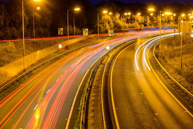 Nachtansicht des BRITISCHEN Autobahn-Landstraßen-Verkehrs lizenzfreies stockbild