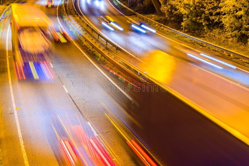 Nachtansicht des BRITISCHEN Autobahn-Landstraßen-Verkehrs stockfotos