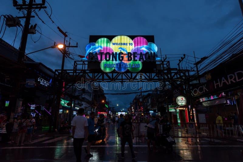 Nachtansicht des Eingangs von Bangla-Straße in gehender Straße Patong nahe patong Strand stockfotos