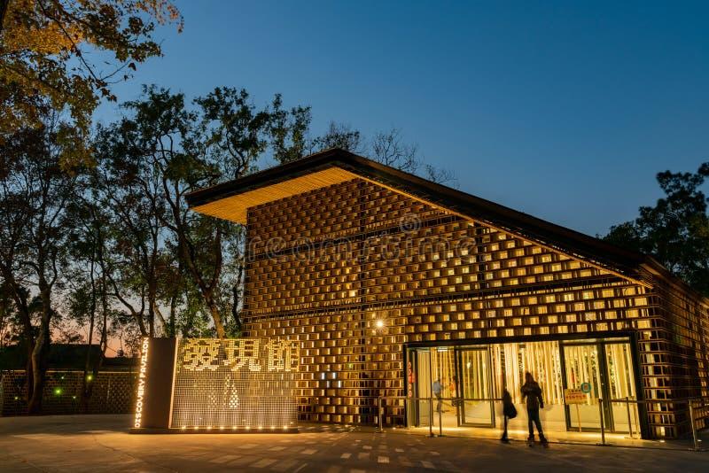 Nachtansicht des Entdeckungs-Pavillons von Taichungs-Welt Flora Exposition lizenzfreies stockbild