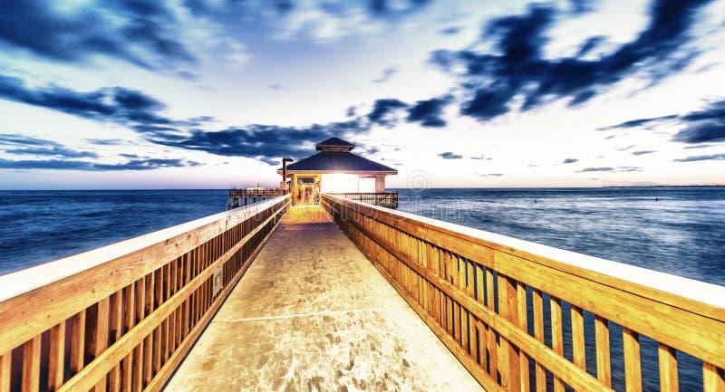 Nachtansicht des Forts Myers Pier, Florida lizenzfreie stockbilder