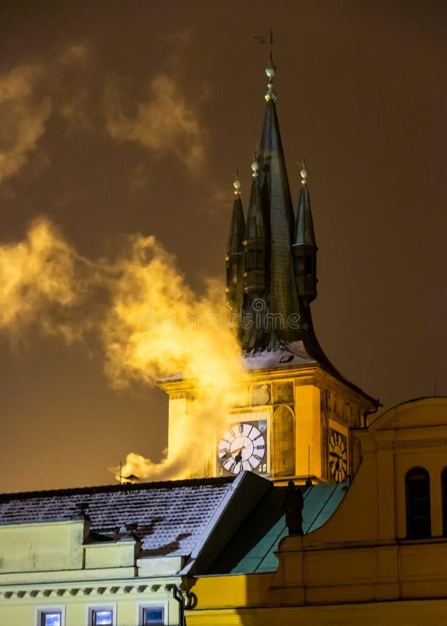 Nachtansicht des Glockenturms und des Rauches, die von einem Kamin in altem Prag sich kräuseln lizenzfreies stockbild