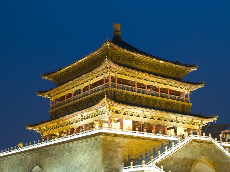 Nachtansicht des Glockenturms in Xian lizenzfreie stockfotos