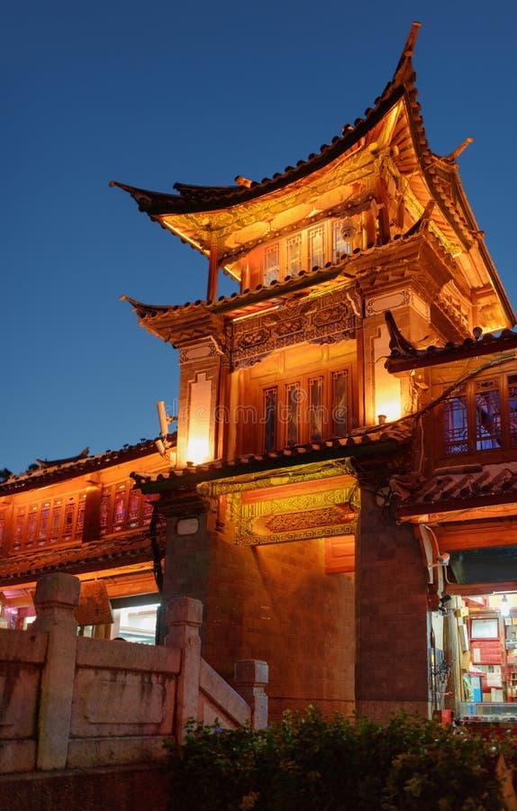 Nachtansicht des hölzernen Gebäudes des traditionellen Chinesen in Lijiang lizenzfreie stockfotos