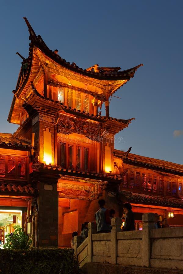 Nachtansicht des hölzernen Gebäudes des traditionellen Chinesen, Lijiang stockfotografie