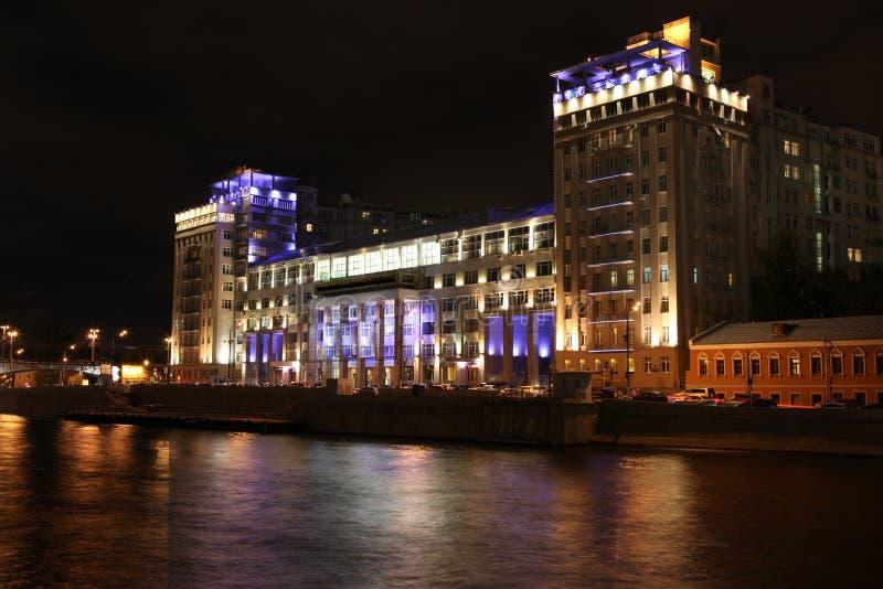 Nachtansicht des Hauses auf den Orten des Dammes (Estrade-Theater) lizenzfreie stockfotos