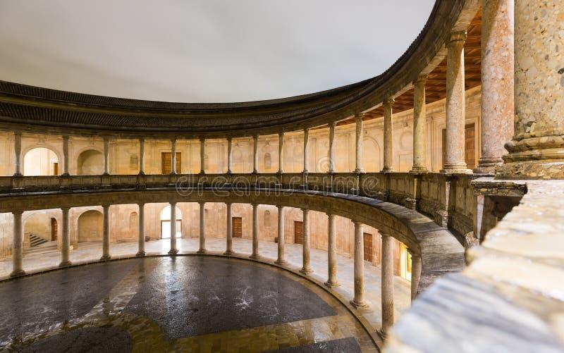 Nachtansicht des Hofes des Palastes von Charles V in Alhambra stockbild