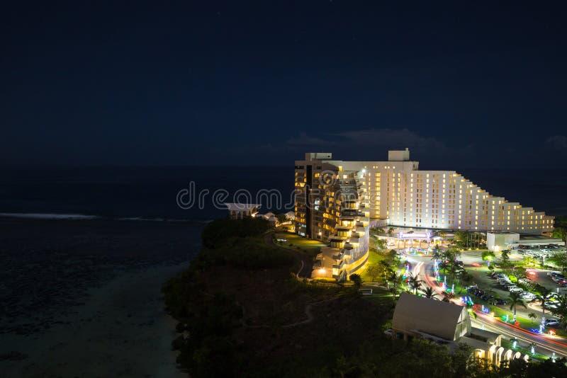 Nachtansicht des Hotels Nikko Guam mit schöner Tumon-Bucht stockfotografie