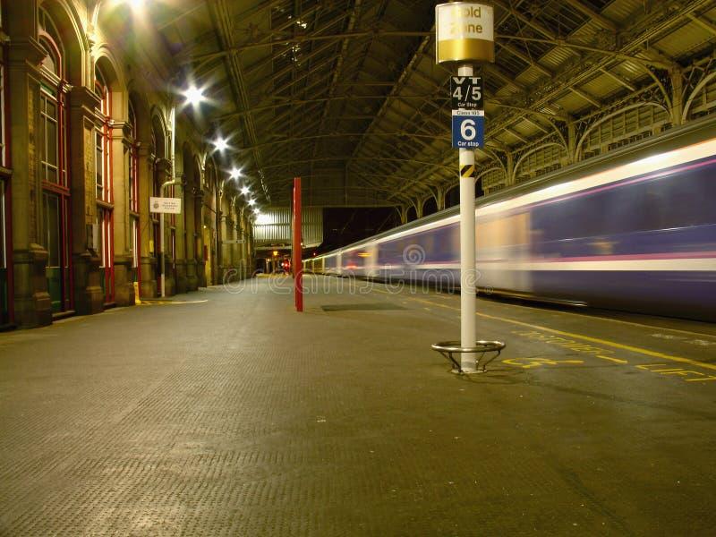 Nachtansicht des Innenraums des Bahnhofs lizenzfreie stockfotografie