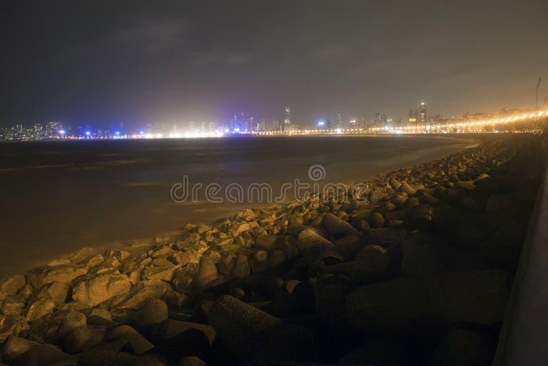 Nachtansicht des Marinelaufwerks lizenzfreie stockfotos