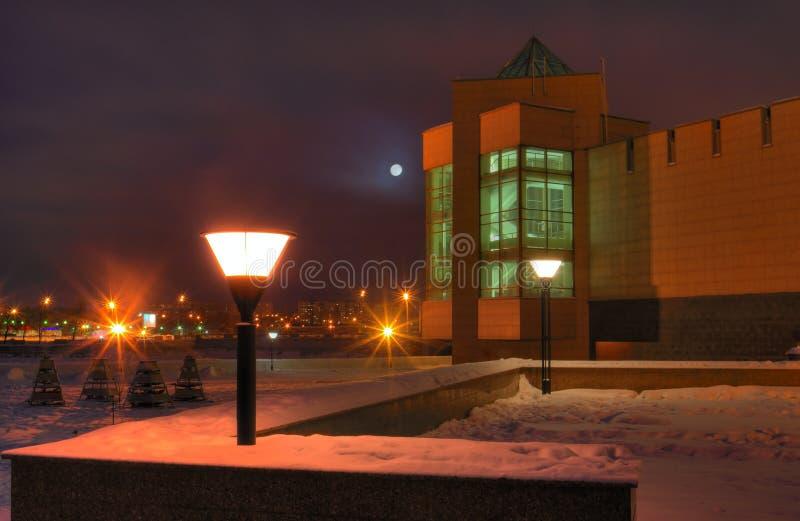 Nachtansicht des Museums der lokalen Überlieferung und des Miass-Flussdammes Nur redaktioneller Gebrauch lizenzfreie stockfotos
