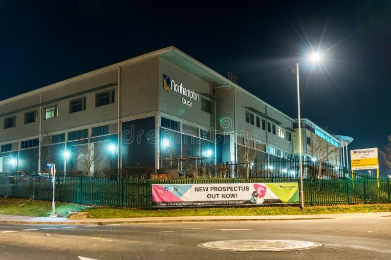 Nachtansicht des Northampton-College-Rekrutierungszeichens lizenzfreie stockfotos