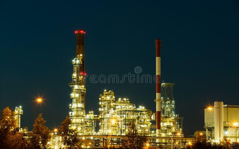Nachtansicht des Raffineriepetrochemischen werks stockfotos
