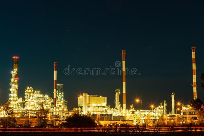 Nachtansicht des Raffineriepetrochemischen werks lizenzfreies stockfoto