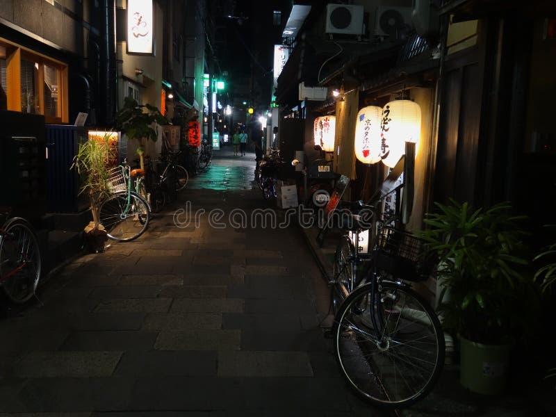 Nachtansicht des reizend Pontocho-Bereichs gelegen in Kyoto, Japan lizenzfreie stockfotografie